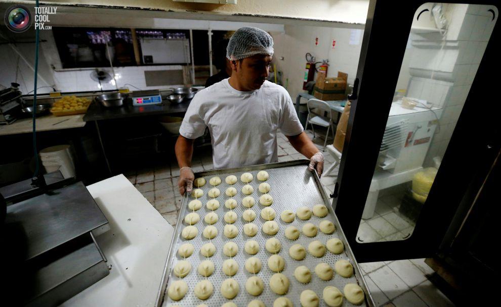 Повар готовит фейжоаду, традиционное бразильское блюдо, основными ингредиентами которого являются че