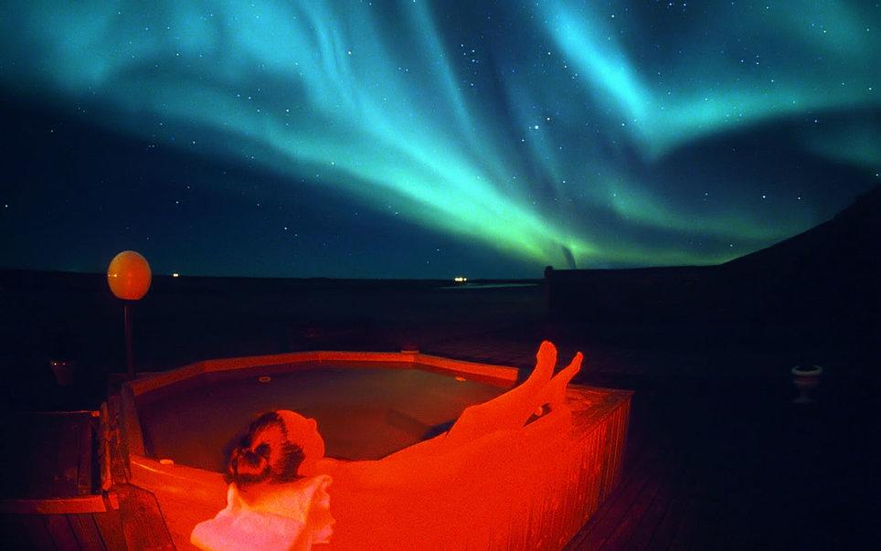 1. В исландском отеле Ranga термические ванны установлены на открытом воздухе. Вид на вулканы, а по