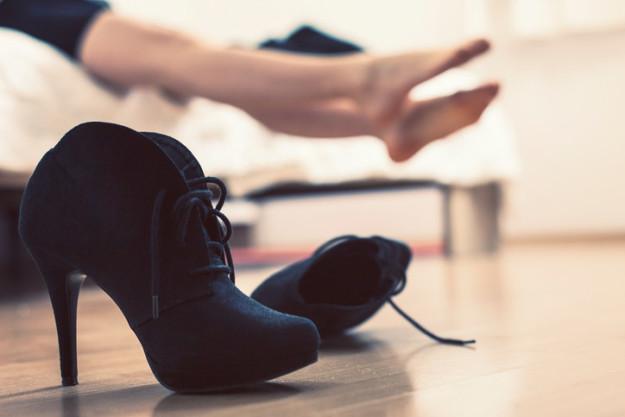 Чехия Чешские незамужние девушки должны кидать туфельку (или что-то из обуви) через плечо по направл