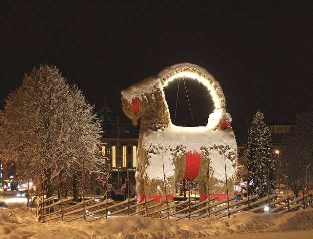 Швеция В шведском городе Евле живет сделанный из соломы огромный Рождественский козел. Каждый год, н