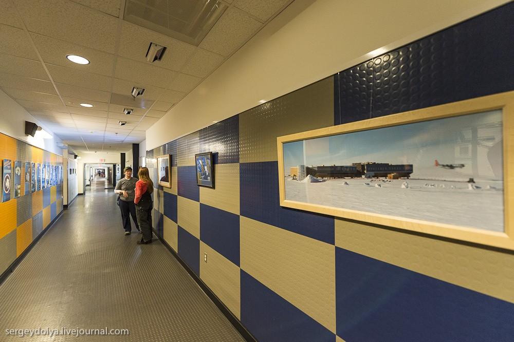 16. Станция двухэтажная. На каждом этаже ее пронизывает длинный коридор. Направо уходят жилые блоки,