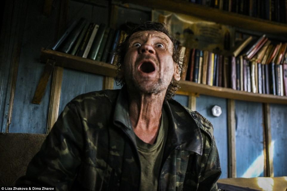Электричества в доме Леши нет (с друзьями-охотниками) Фотографы сообщили Daily Mail, что они считают