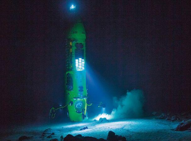 Светодиоды освещают морское дно вовремя тестового погружения батискафа. Впробах взвеси, собран