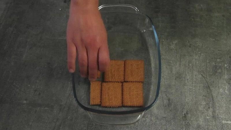 3. Сверху — слой приготовленного крема.