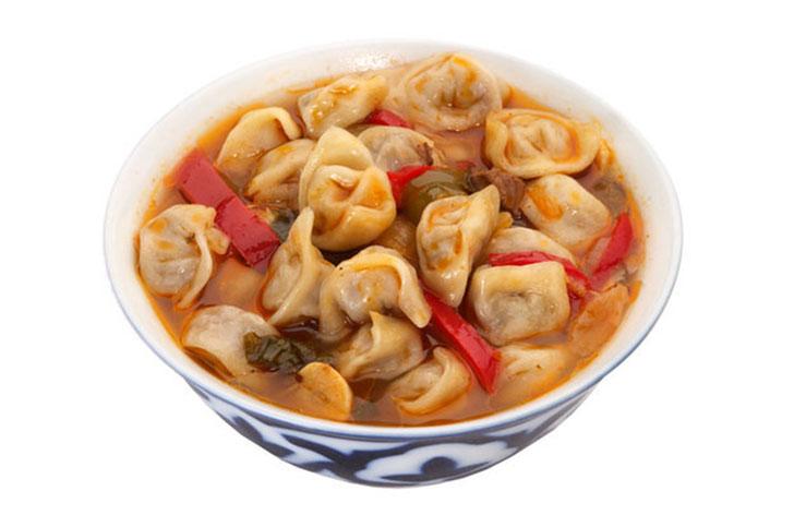 Чучвара — это суп с маленькими пельменями, который обычно подается с сузьмой (кисломолочный продукт