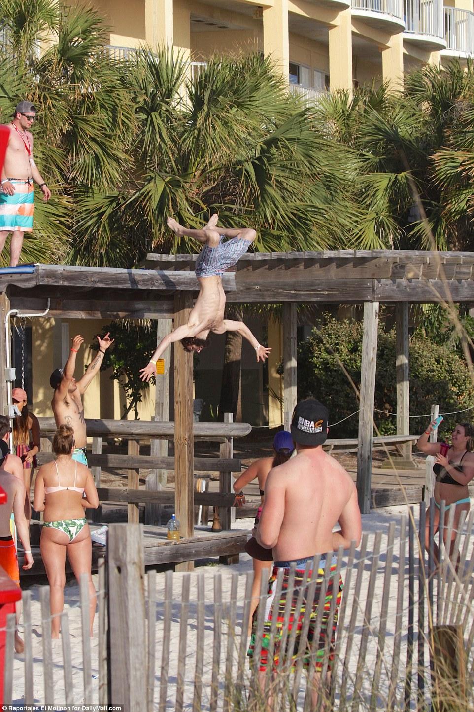 Один из студентов, чтобы впечатлить остальных, прыгнул на песок с крыши.
