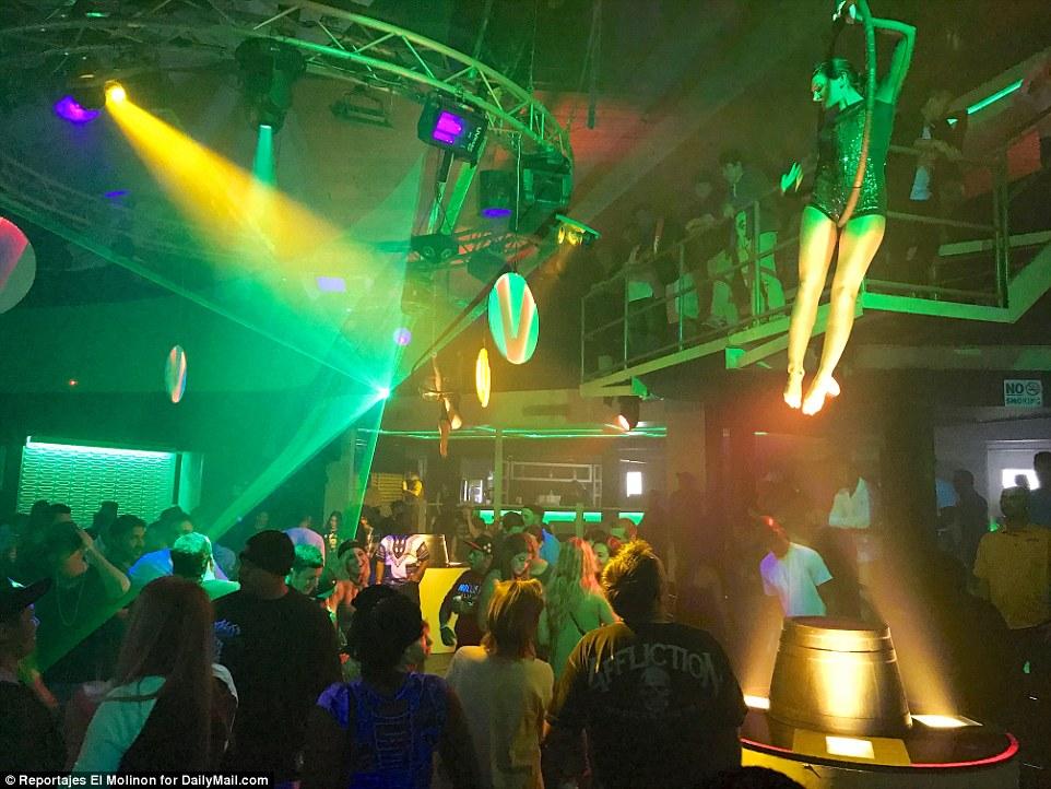 Клуб проводит конкурсы мокрых маек, пенные вечеринки и концерты: здесь выступают в основном звезды х