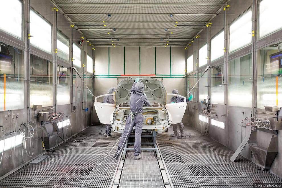 26. Вручную окрашиваются лишь труднодоступные для робота зоны, такие как внутренние части капот