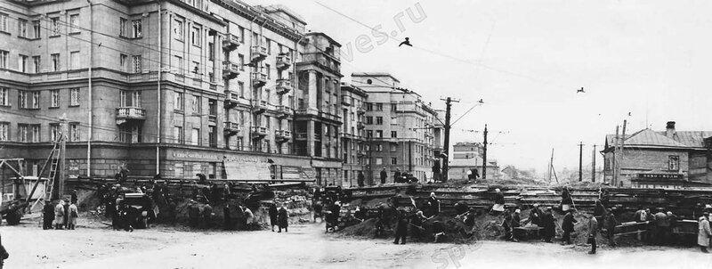 Сооружение баррикады в районе Автово