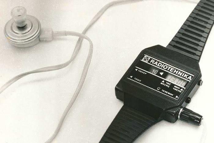 Наручные часы с радио! Разработаны в 1986 году рижским ПО «Радиотехника». С помощью встроенной магнитной антенны велся прием любой местной радиостанции в средневолновом диапазоне