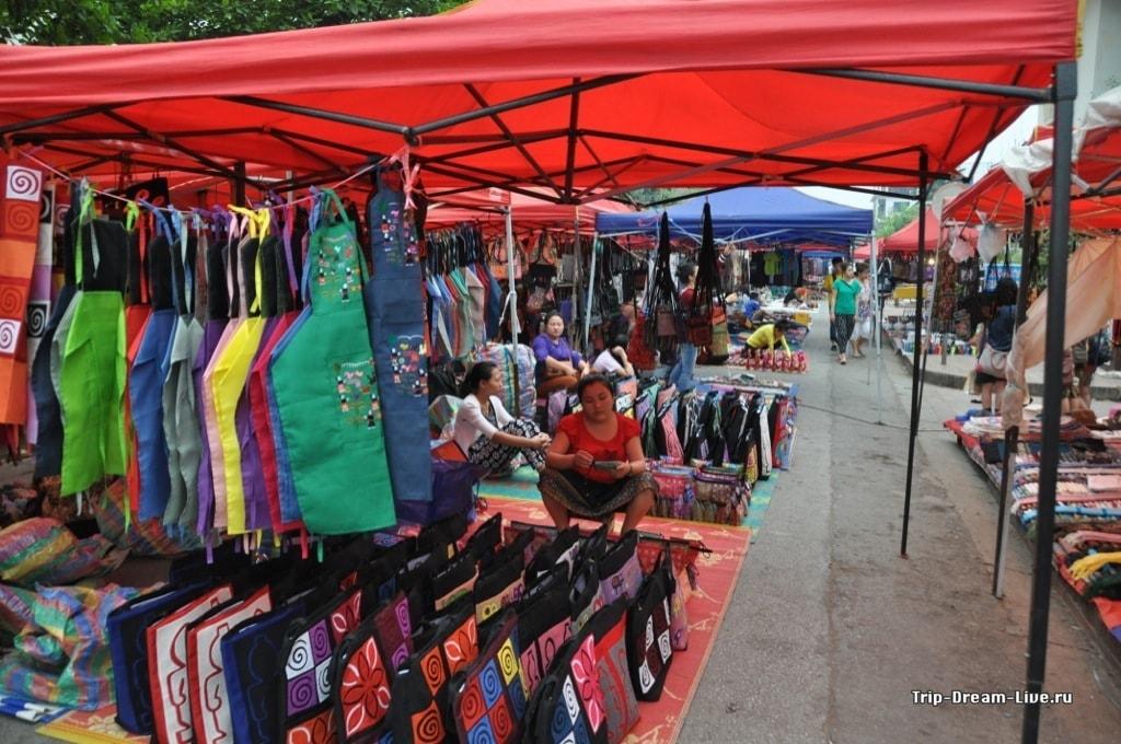 Ежедневный вечерний рынок сувениров