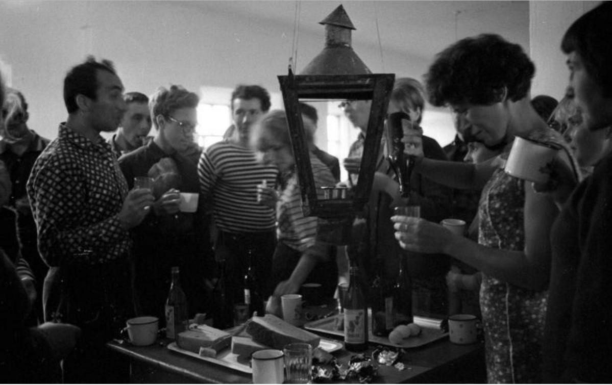 1967. Студенты стройотряда МГУ в общежитии на Соловках