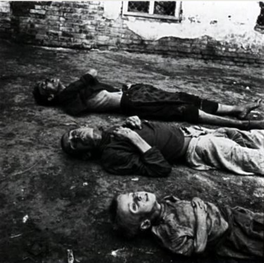 Женщина, мужчина и ребенок. Все трое умерли от голода. Саратов