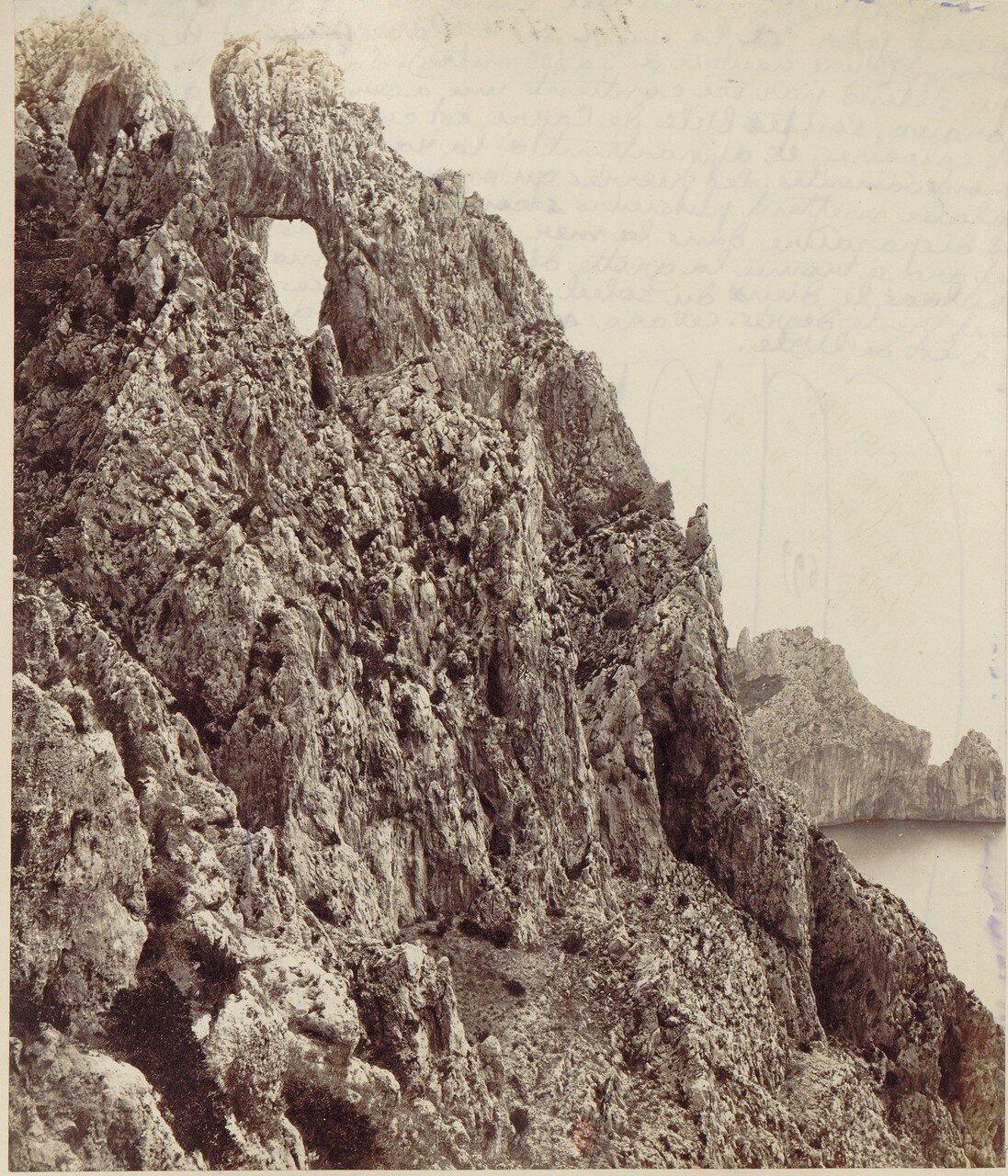 Капри. Естественная арка на высоте 400 метров, откуда Тиберий бросал своих рабов в море