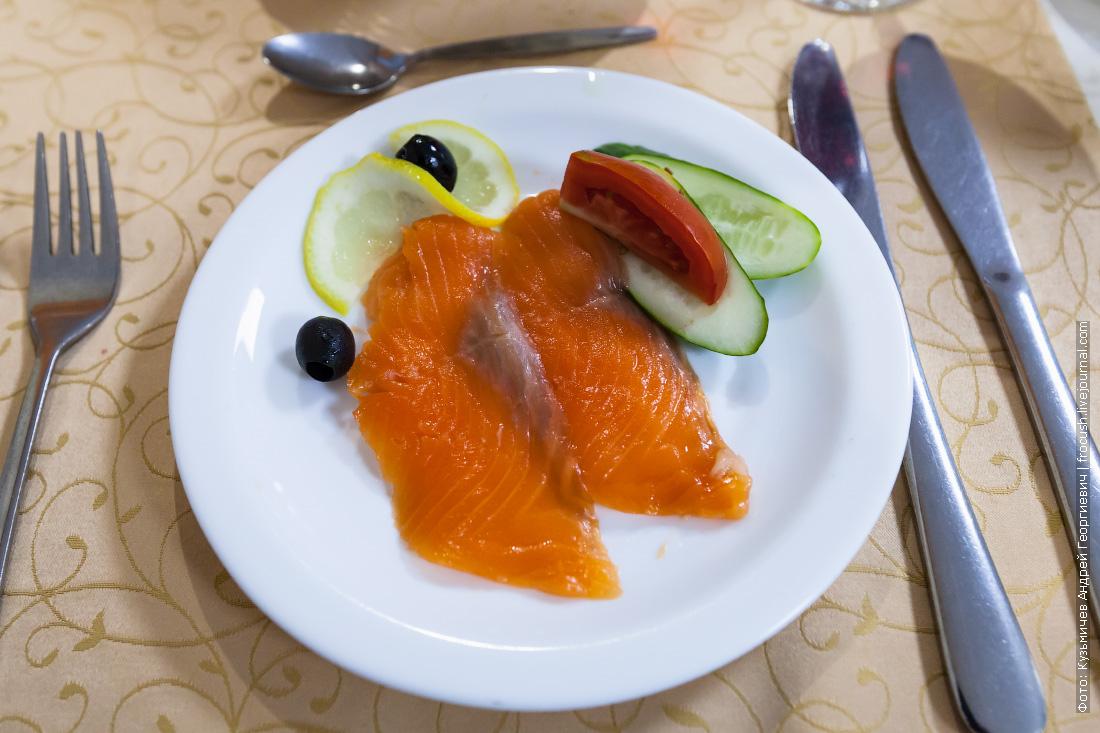 Закуска рыбная с овощами (форель, огурец, помидор, лимон, маслины)
