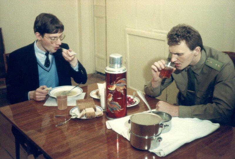 1987 Матиас Руст (слева), 18-летний немецкий пилот-любитель, поразивший мир посадкой своего самолета на Васильевском спуске в мае 1987 года, обедает в суде. Юрий Абрамочкин.jpg
