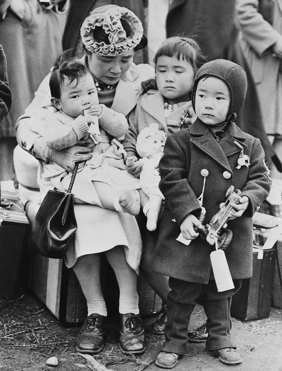 Семья ждет парома в Сиэтл на пути в лагерь переселения.