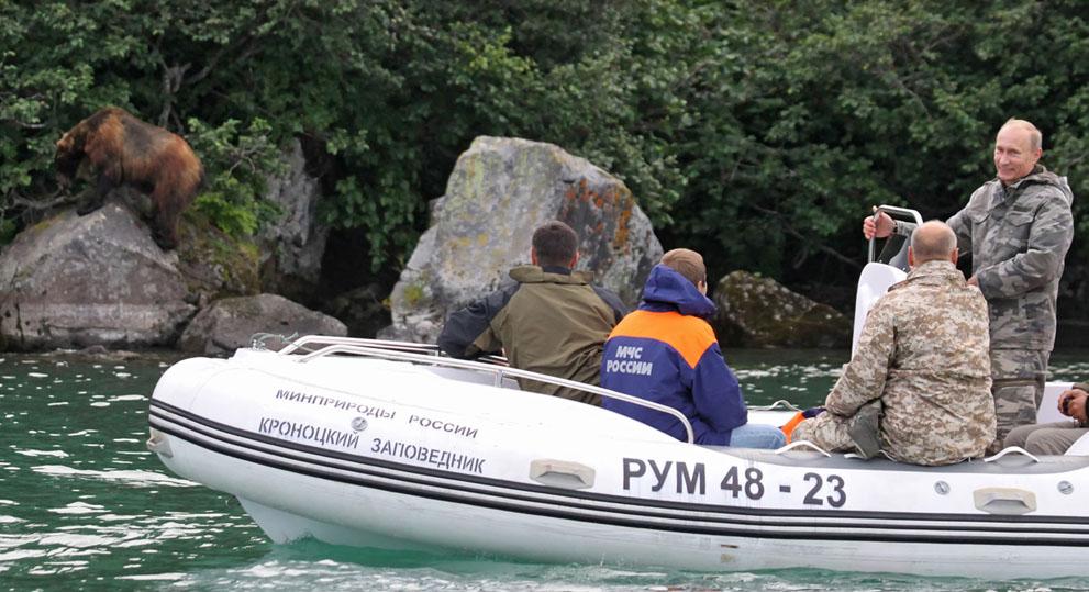 16. Путин и мишка. Путин ведет лодку по реке в Камчатском заповеднике рядом с Петропавловском-Камчат