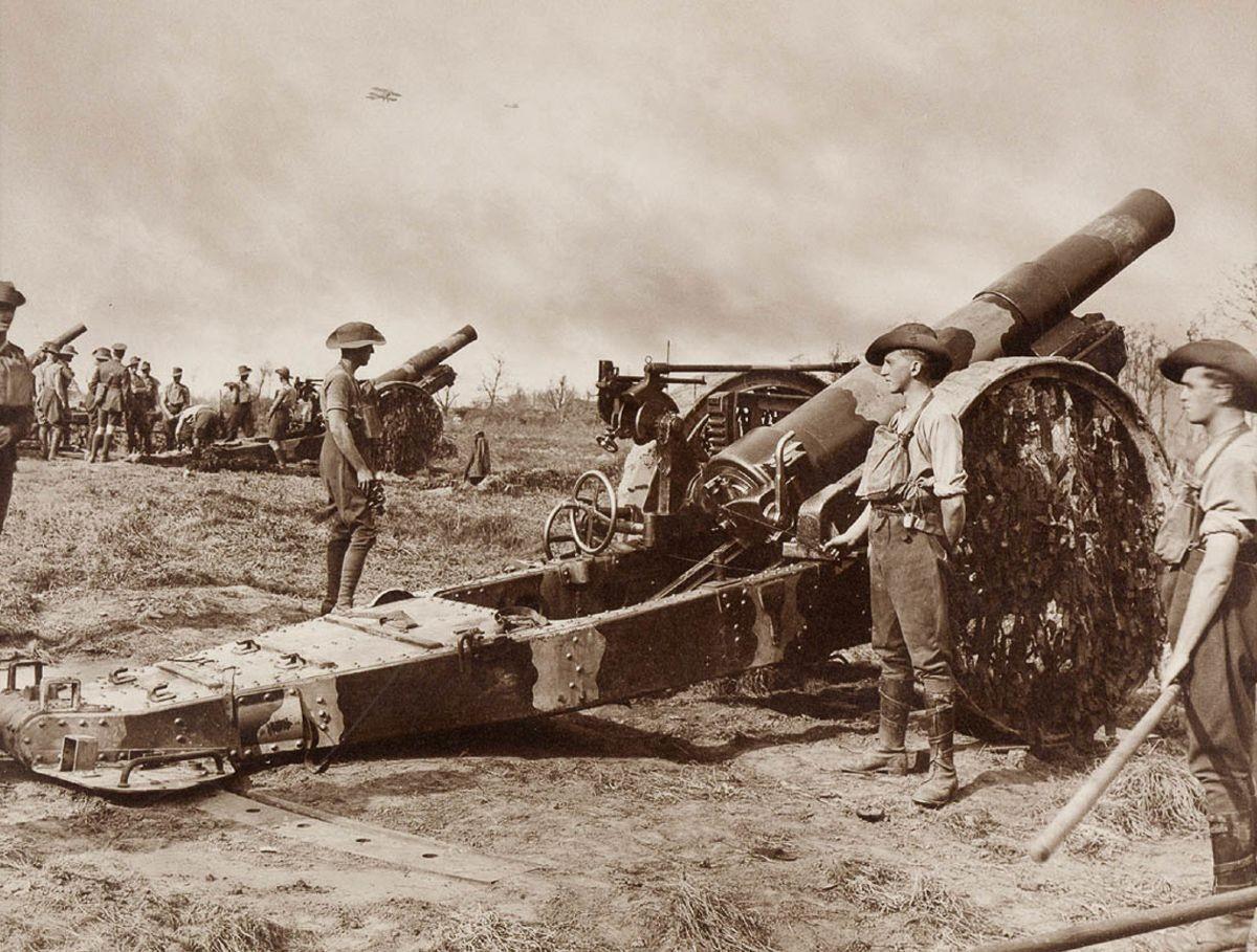 Разгрузка 15-дюймовых гаубичных снарядов