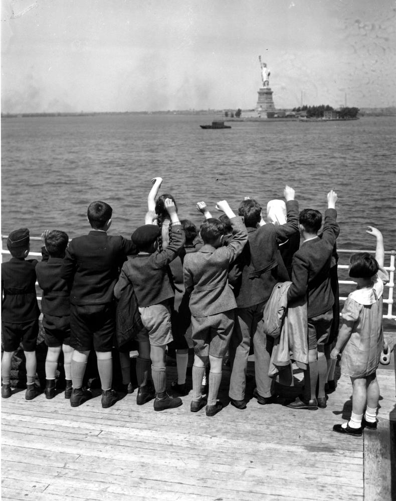 15. Пятьдесят еврейских детей-беженцев прибывают в Нью-Йорк из Гамбурга на лайнере President Harding