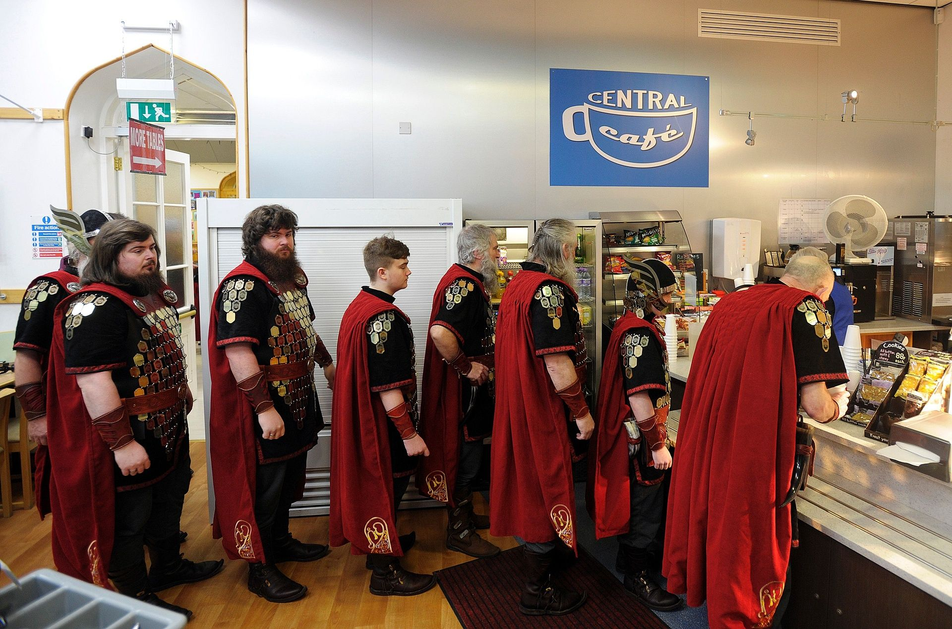 Группа викингов дожидается завтрака в местном кафе перед началом фестиваля.