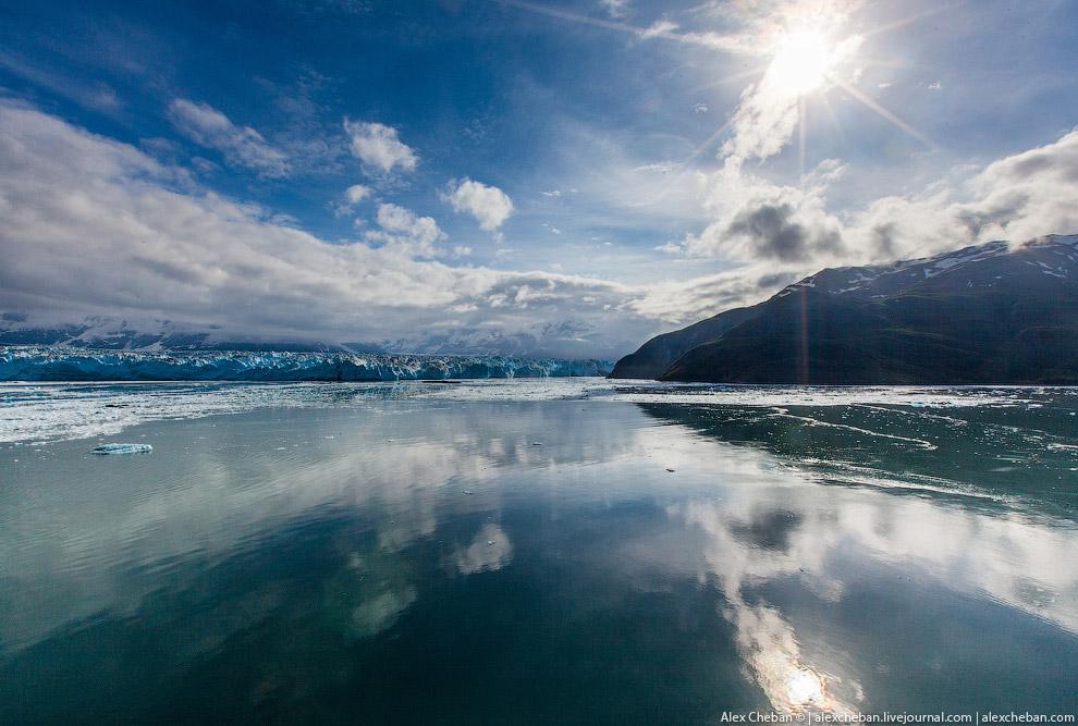 12. Но не все ледники голубые. Вот Хаббард (слева) выглядит голубым, а ледник Валери (справа) и