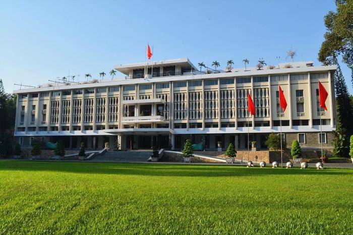 Архитектор Нго Вьет Тху (Ngo Viet Thu), родился в Хюэ в 1927 году. Он стал первым архитектором из Аз