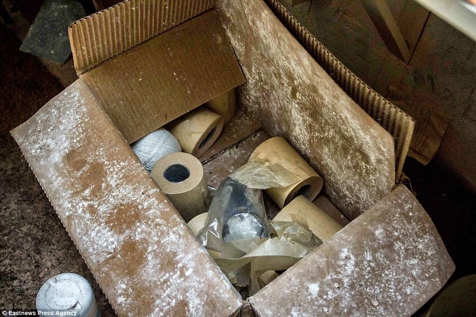 По всему бункеру вдоль стен стоят матрасы, а в углу пылится стул с тканевым сиденьем. Карты, записки
