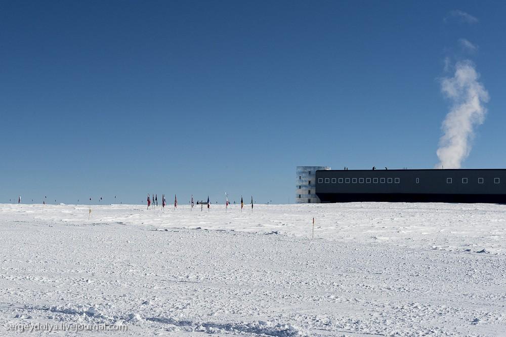 6. На этой фотографии хорошо видно, насколько близко стоит станция от исторического Южного полюса (г