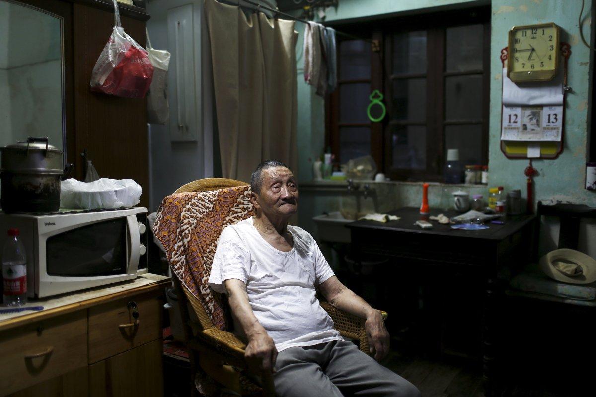 90-летний Ванг Кунчун живет вместе со своим 60-летним сыном в квартире площадью 9 квадратных метров.