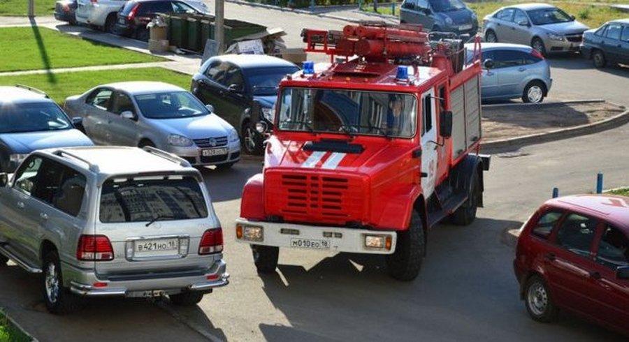 Пожарным и скорым разрешат «таранить» машины во дворах (4 фото)