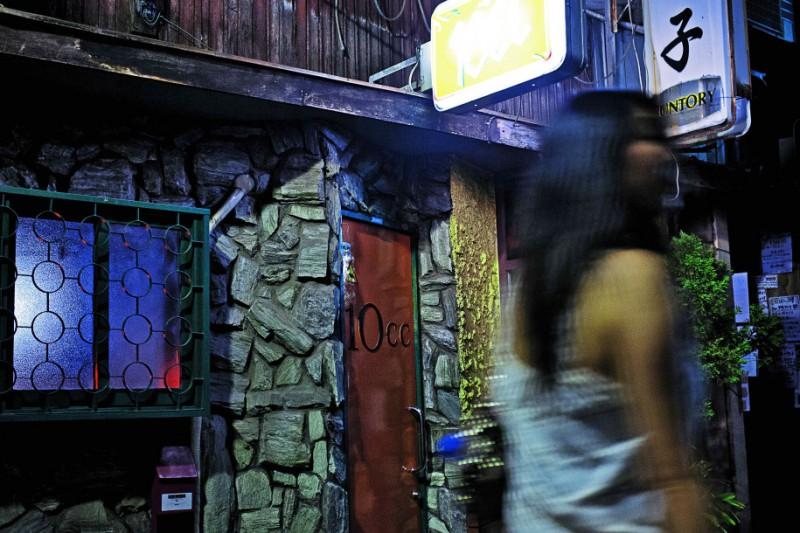Кабукчо, район красных фонарей в Токио. Сакаэ удалось найти молодого человека, который однажды не ве