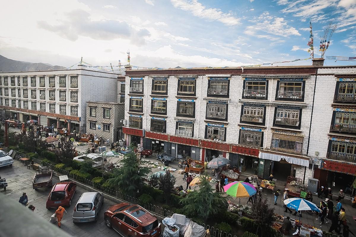 5. Вид из номера гостиницы. Прямо под окнами расположился овощной рынок.