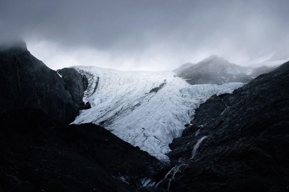4. Поверхность ледника Матануска видна сквозь щебенку. (Фото Mark Meyer):