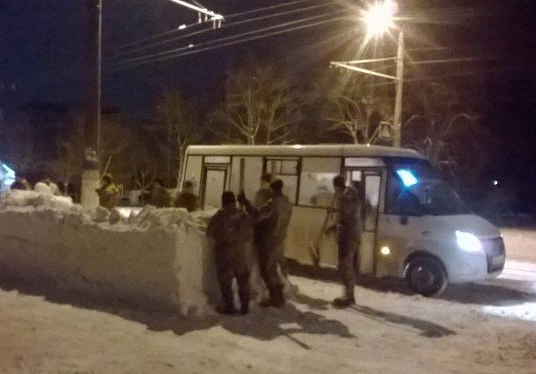 Нетрезвый украинский офицер заставил курсантов слепить вего честь снежную остановку