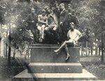 Есенин у памятника Пушкину в Лицейском саду, 1924 год.