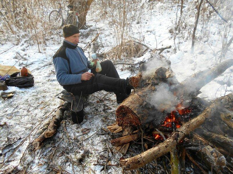 В условиях походных, у костра, с велосипедом, снег ... DSCN0290.JPG