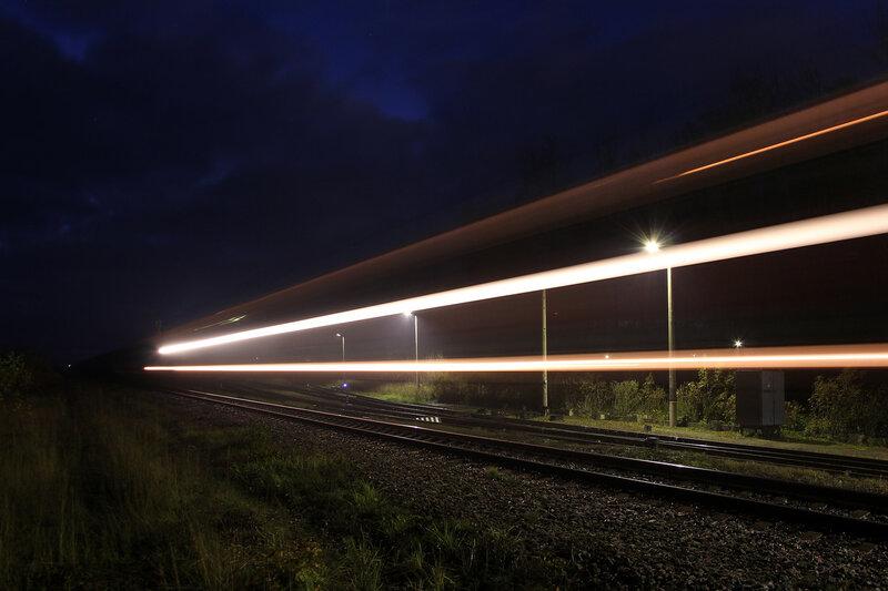 Ночной грузовой под 2ТЭ116 проследует станцию Идрица на Москву.