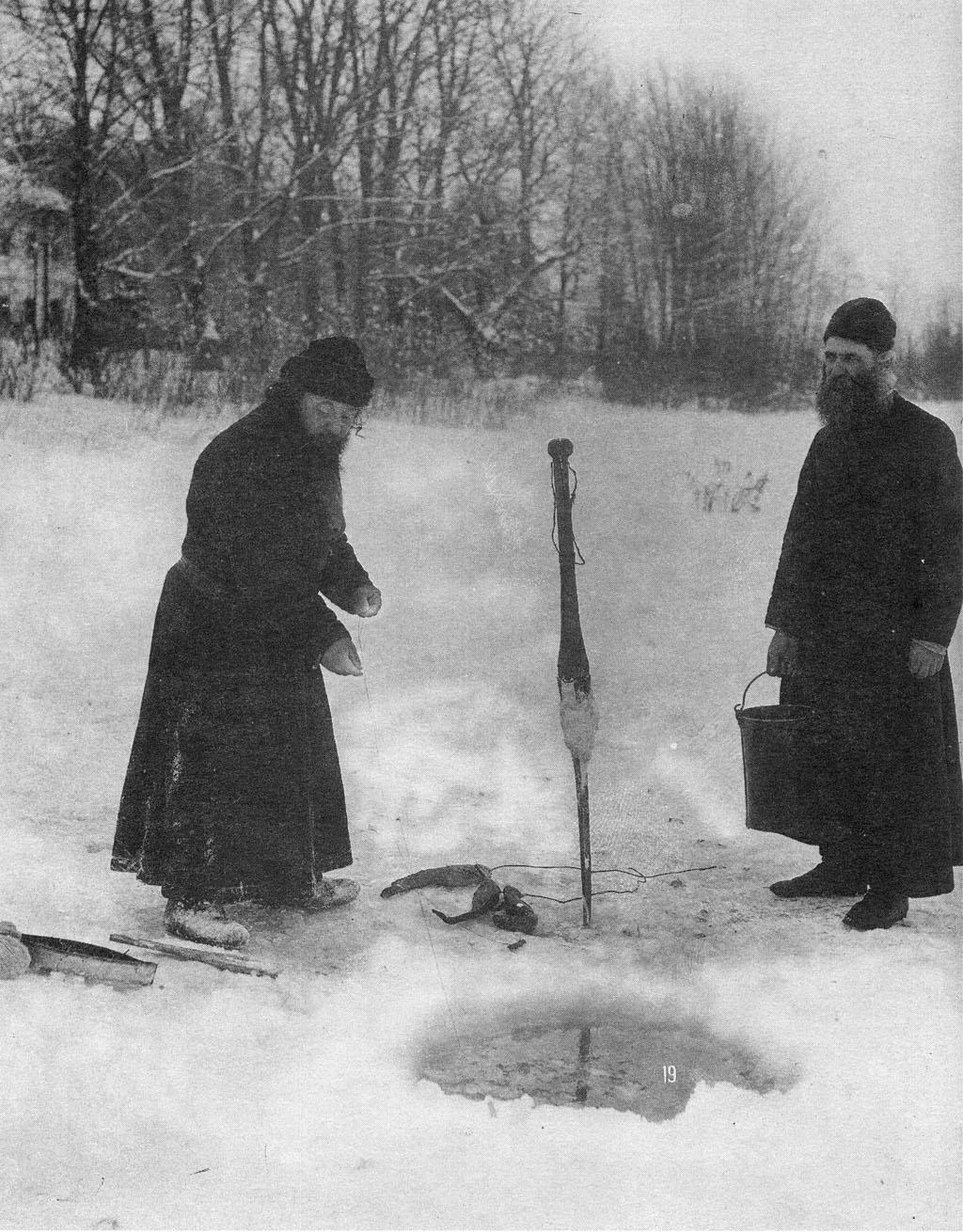 Монахи  за ловлей рыбы