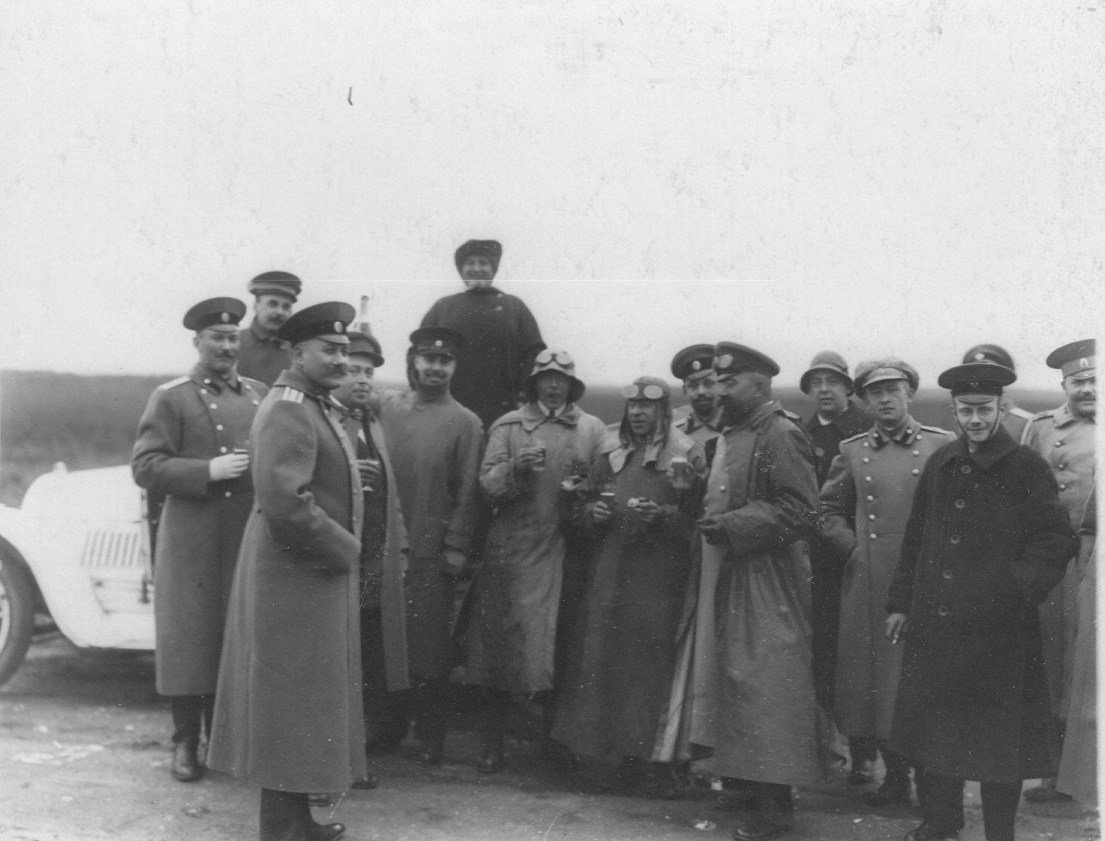 07. Группа участников пробега с провожающими на Исаакиевской площади перед стартом