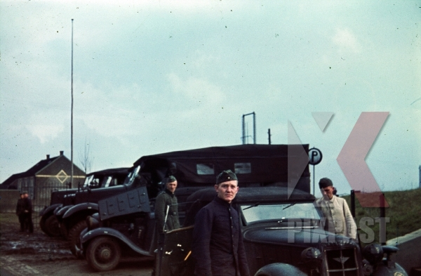 stock-photo-repair-garage-halftrack-staff-car-driver-france-1940-8742.jpg
