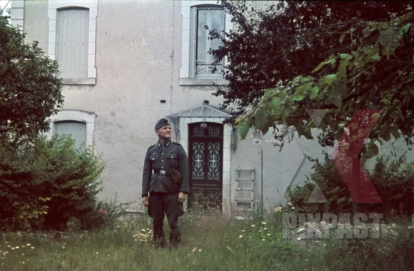 stock-photo-soldier-standing-beside-staff-quarters-france-1940-8749.jpg