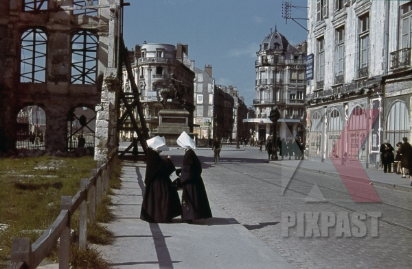 stock-photo-two-nuns-at-the-royale-st-in-paris-france-1940-10931.jpg