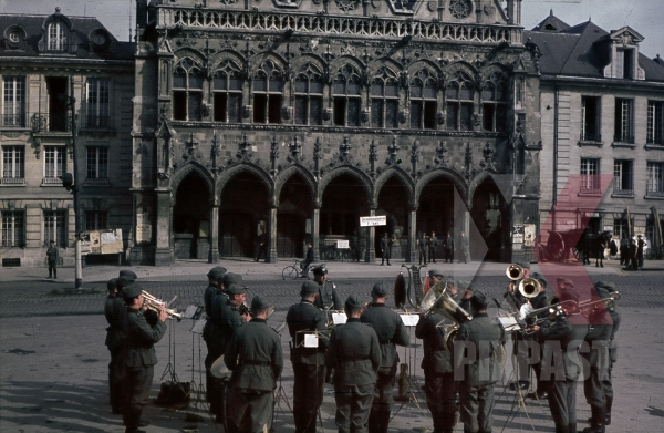 stock-photo-wehrmacht-music-band-playing-in-front-of-the-town-hall-of-saint-quentin-france-1940-9099.jpg