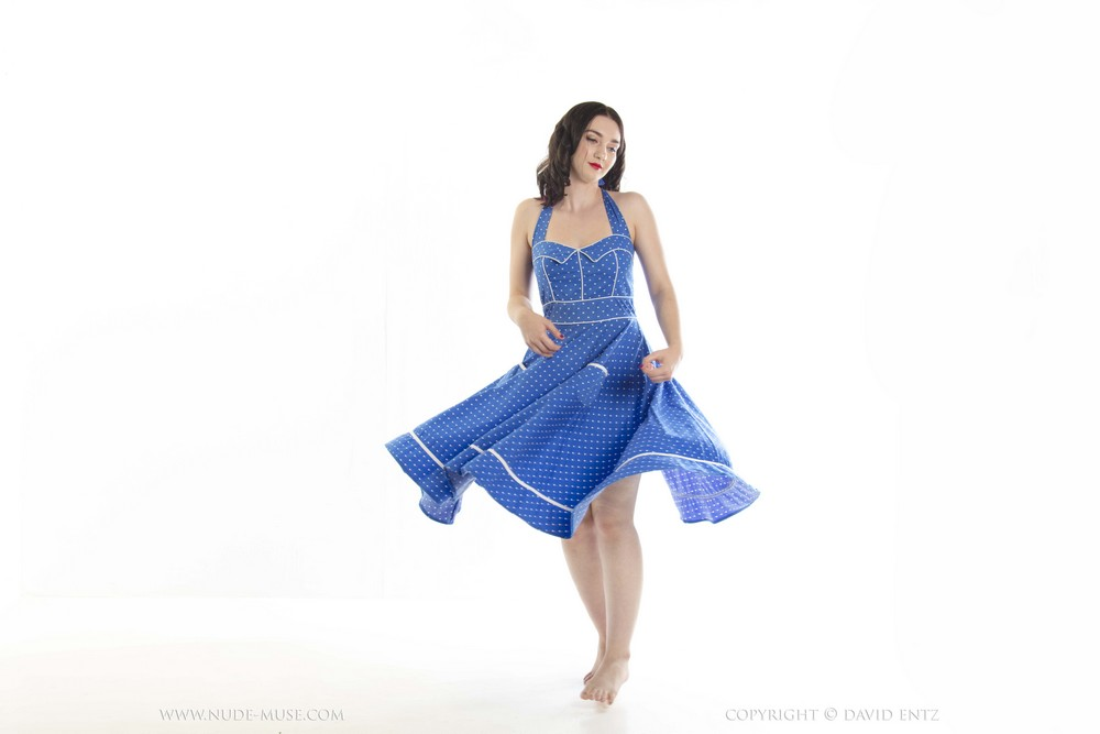 Nora Rose снимает голубое платье