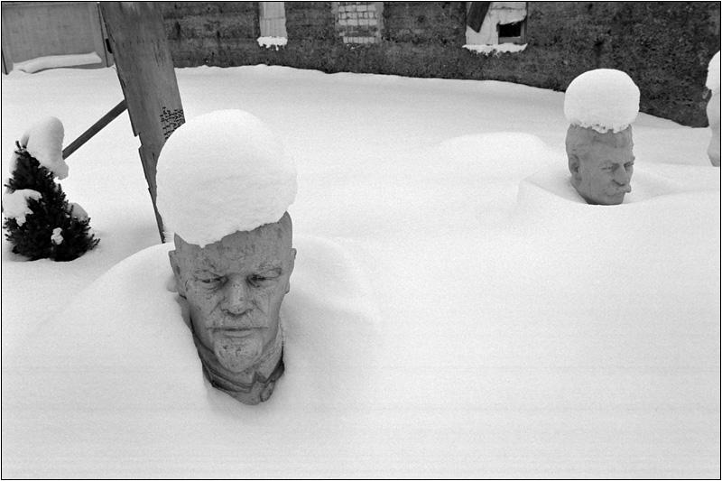 Снег на макушке влажен, В твоих глазах тоска, И весь твой облик слажен  Из одного куска.