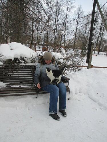 Кошка фотографируется с экскурсанткой