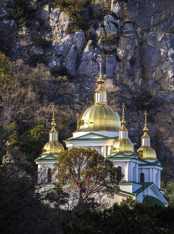 Церковь святого Архистратига Михаила. Вид с Солнечной тропы...