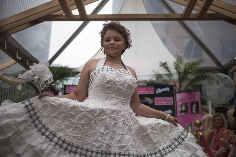 4. Платье дизайнера Terri Glover, сделанное из туалетной бумаги, клея, скотча и ниток.