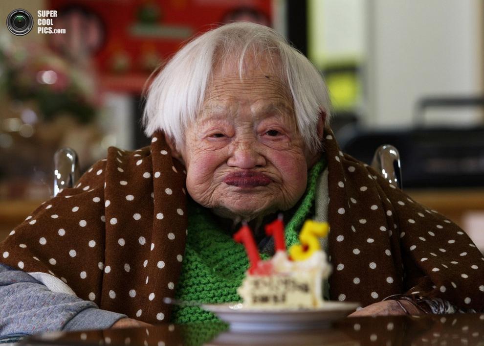 115-летняя Мисао Окава наслаждается именинным тортом в доме престарелых «Куренай», Осака, Япония